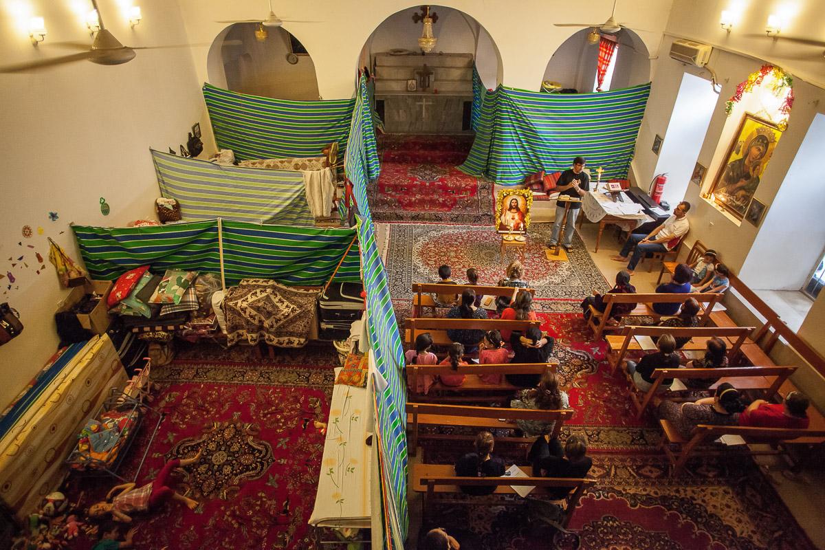 KLáštor Panny Márie v Sulimanyii. 7 rodín aj rok po úteku z domova stále žije v provizórnych podmienkach priamo v kostole.